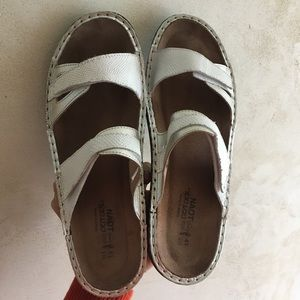 Naot sz 41 (10) white leather sandals